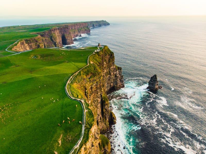 Ber?mda klippor f?r v?rld av Moher, en av de popul?raste turist- destinationerna i Irland Flyg- sikt av den bekanta turist- dragn royaltyfria bilder
