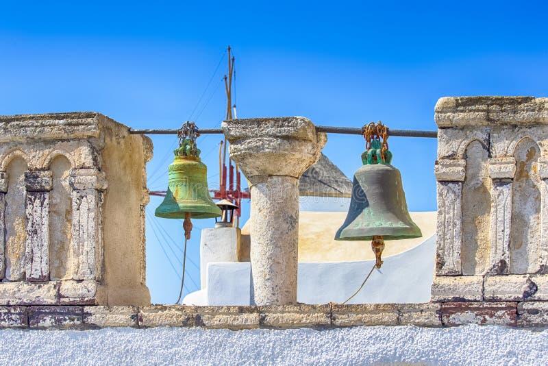 Ber?mda loppst?llen Kyrka av StCatherine den heliga monumentet av Ia i den Oia byn i den Santorini ön i Grekland klassiskt royaltyfria foton