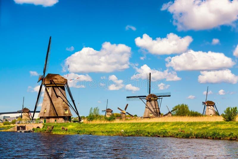 Ber?mda v?derkvarnar i den Kinderdijk byn i Holland Lantligt landskap f?r f?rgrik v?r i Nederl?nderna, Europa Unesco-v?rldsarv arkivbilder