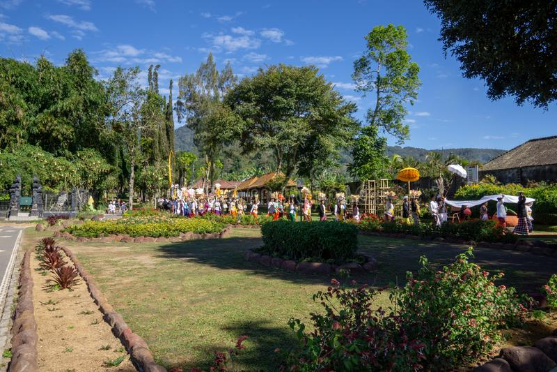 Beratan湖,巴厘岛/印度尼西亚- 2017年7月18日:印度人民举办melasti仪式在beratan湖的边缘  库存图片