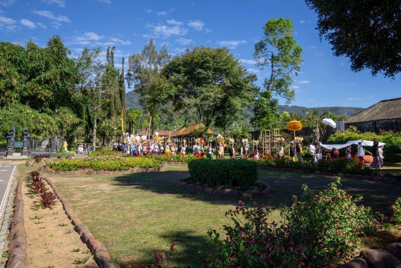 Beratan sjö, Bali/Indonesien - JULI 18 2017: Det hinduiska folket för melasticeremoni på kanten av den beratan sjön in fotografering för bildbyråer