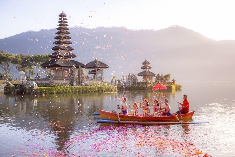Beratan sjö i Bali Indonesien, Augusti 16 2018: Balinesebyinvånare royaltyfri foto