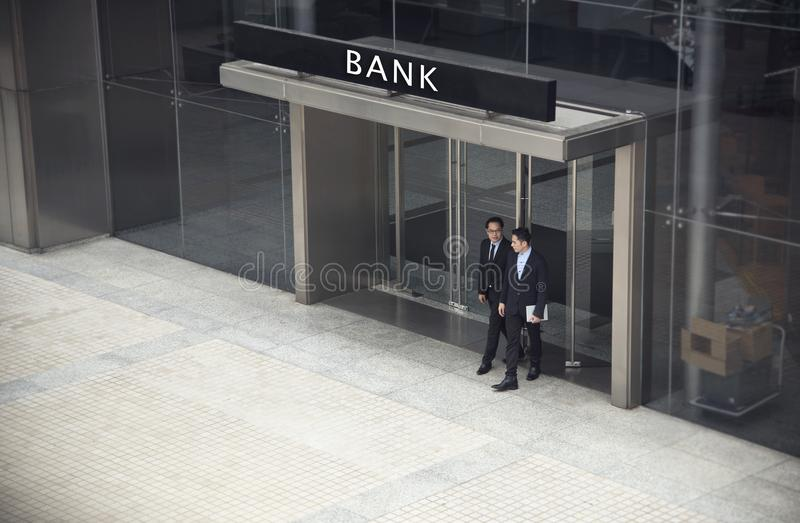 Beratene und besprechende Geschäftsmannpartnerverhandlung stockbild