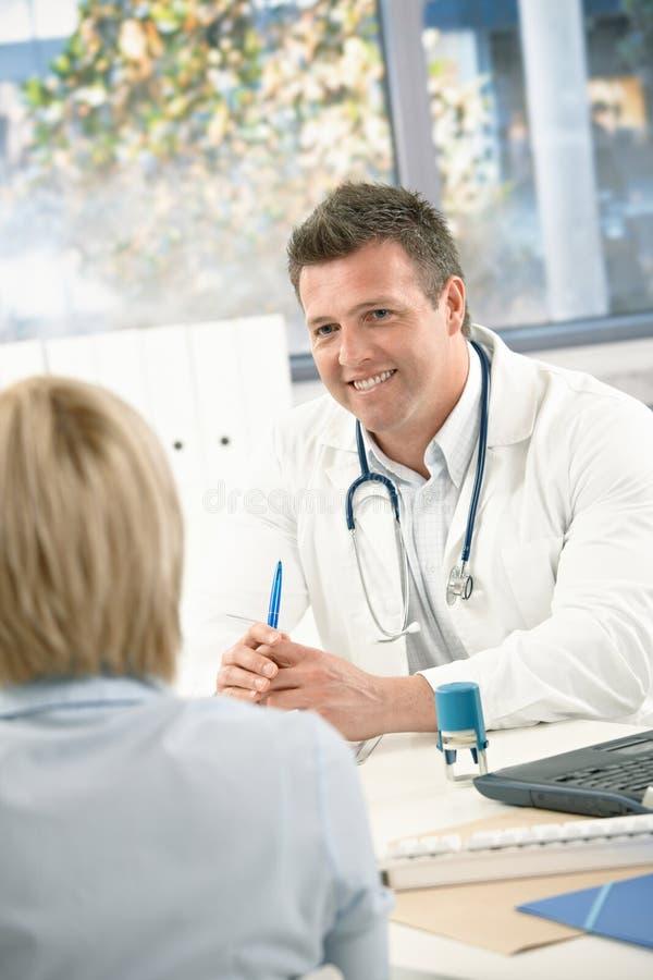 Beratenpatient des Doktors lizenzfreies stockbild