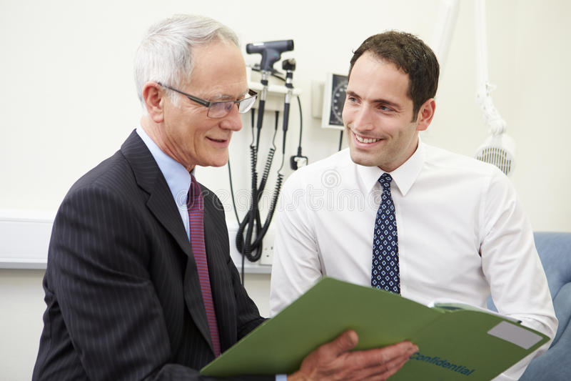 Berater Discussing Test Results mit Patienten stockbild