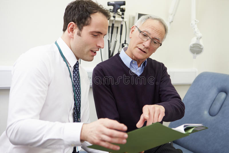 Berater Discussing Test Results mit Patienten stockbilder