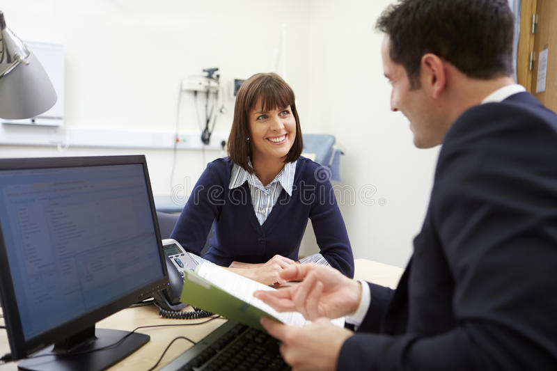 Berater Discussing Test Results mit Patienten stockbild