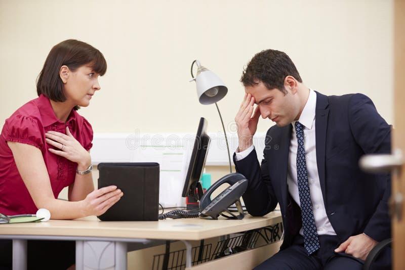 Berater-Showing Patient Test-Auswirkungen auf Digital-Tablet lizenzfreies stockfoto