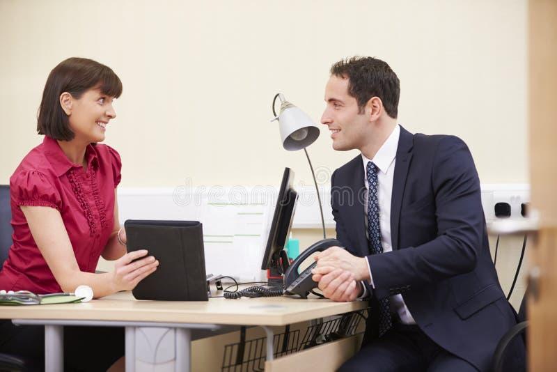 Berater-Showing Patient Test-Auswirkungen auf Digital-Tablet lizenzfreies stockbild