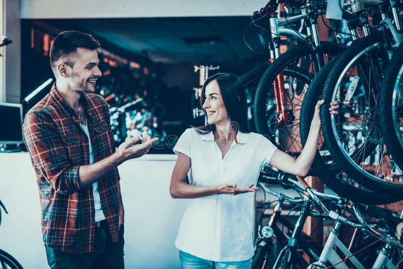 Berater Shows Cycle zum Käufer im Sport-Speicher lizenzfreies stockbild