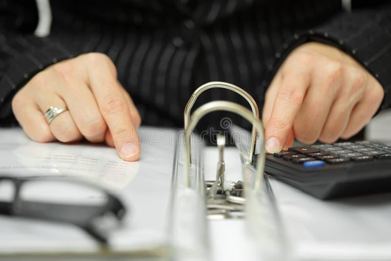 Berater sucht nach Unregelmäßigkeiten in der Dokumentation stockbilder