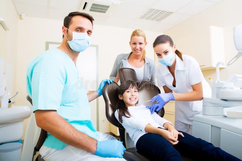 Beratung am Zahnarzt stockfotos