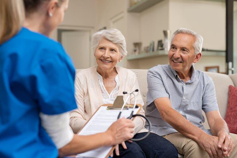 Beratungskrankenschwester der älteren Paare lizenzfreie stockbilder
