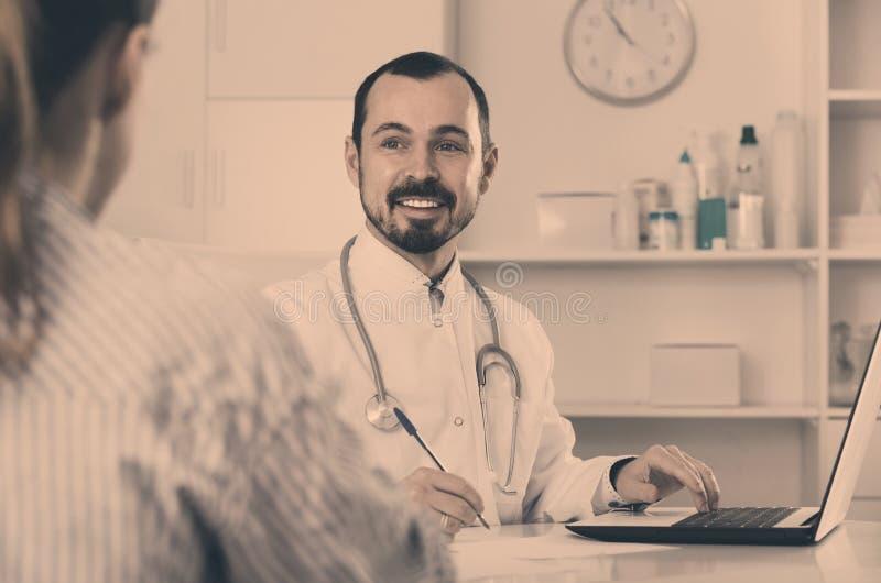 Beratungsmanndoktor des weiblichen Besuchers im Krankenhaus stockbild