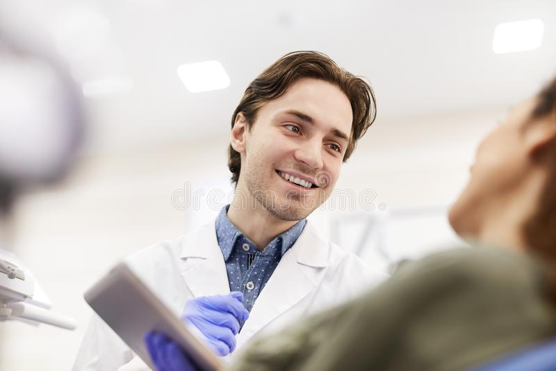 Beratungspatient des Zahnarztes lizenzfreie stockfotografie