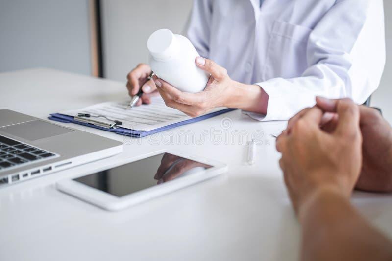 Beratungspatient Doktors, der etwas Symptom der Krankheit und Behandlungsmethoden empfehlen, Auswirkungen auf Bericht darstellend stockfotografie