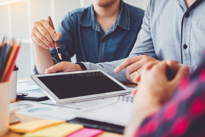 Beratungssitzungsfunktion des Geschäftsteams und Gedanklich lösen des neuen GeschäftsProjektfinanzierungs-Investitionskonzeptes lizenzfreie stockfotografie