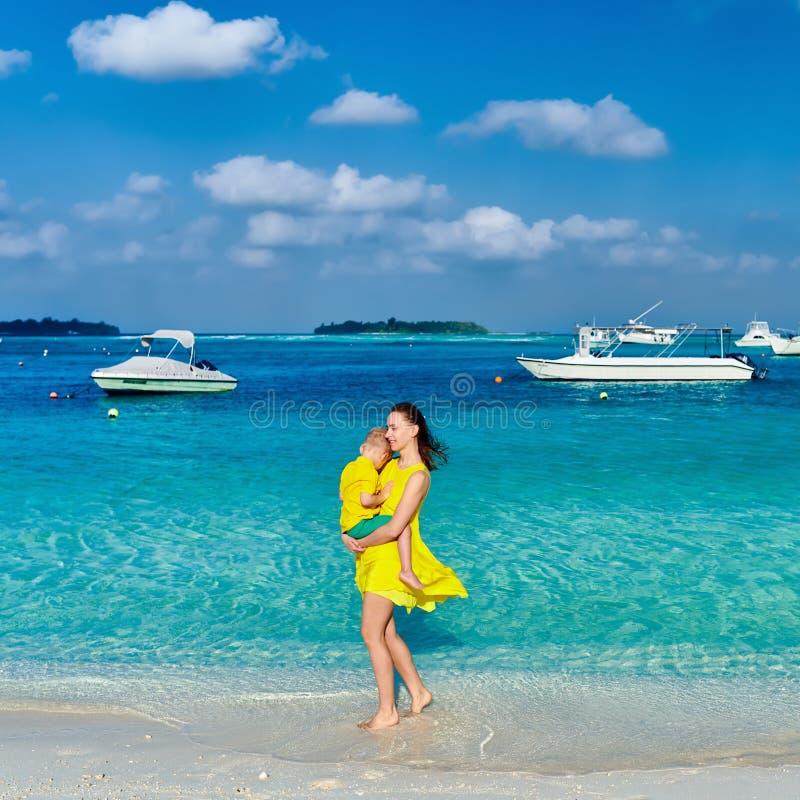 Berbeć chłopiec na plaży z matką fotografia royalty free