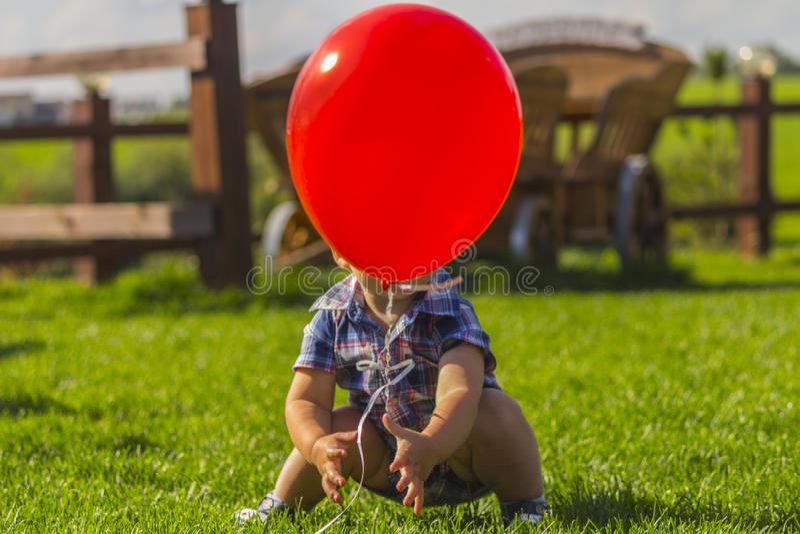 Berbeć bawić się z czerwień balonem Dziecko plenerowe aktywność obrazy royalty free