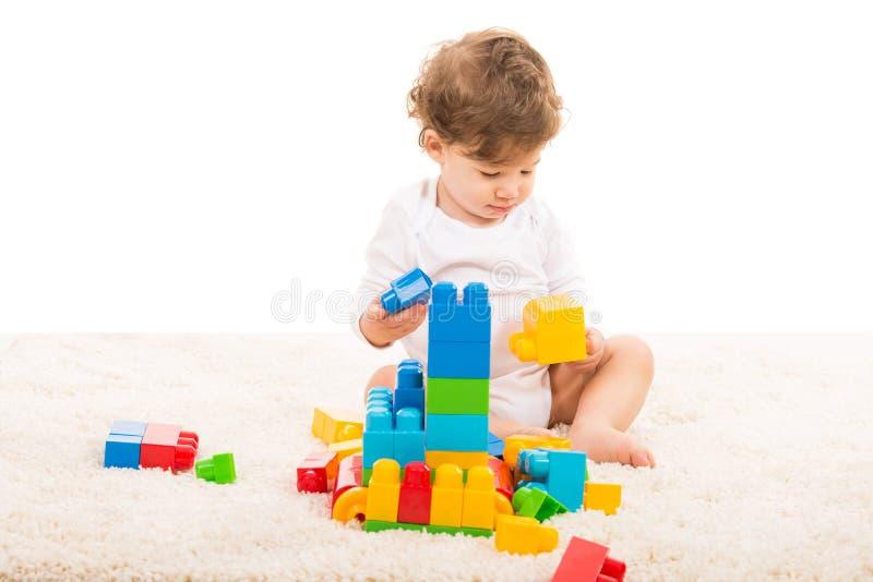 Berbeć chłopiec bawić się na dywanie fotografia stock