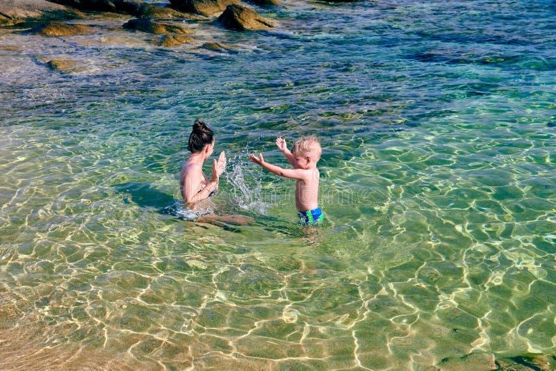 Berbeć chłopiec na plaży z matką obrazy royalty free