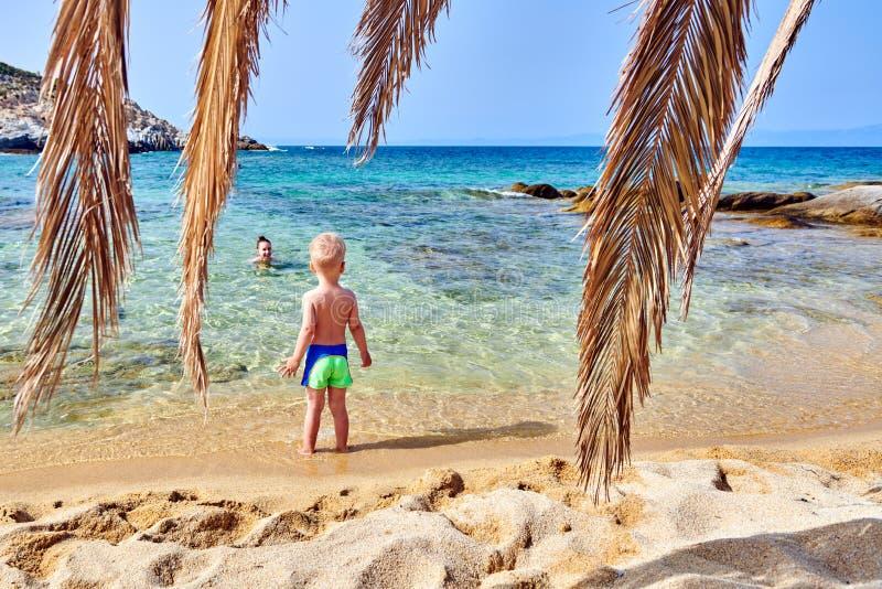 Berbeć chłopiec na plaży z matką zdjęcie stock