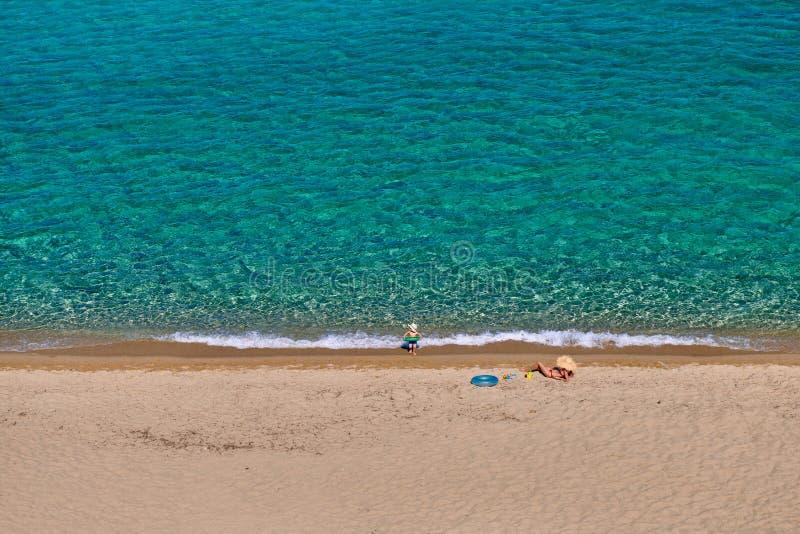 Berbeć chłopiec na plaży z matką obraz royalty free