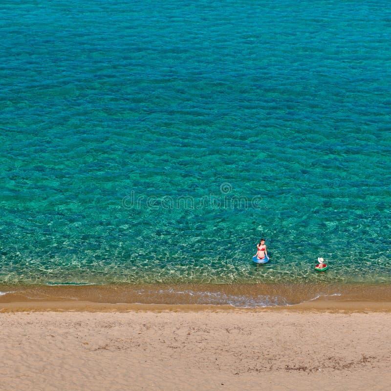 Berbeć chłopiec na plaży z matką obraz stock