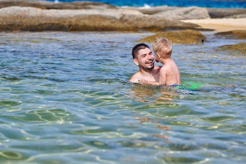 Berbeć chłopiec na plaży z ojcem obrazy royalty free