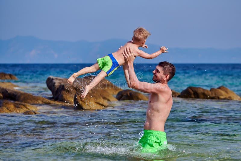 Berbeć chłopiec na plaży z ojcem obraz royalty free