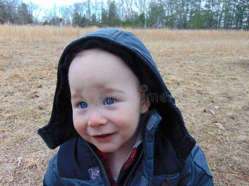 Berbeć chłopiec sztuki w drewnach zdjęcie stock