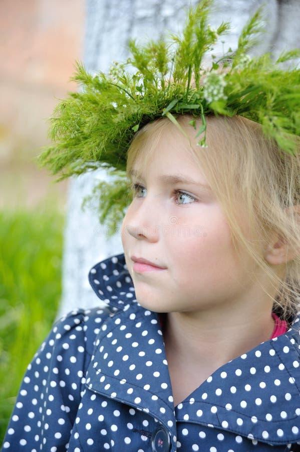 Berbeć dziewczyna z trawy głowy wiankiem dalej fotografia royalty free