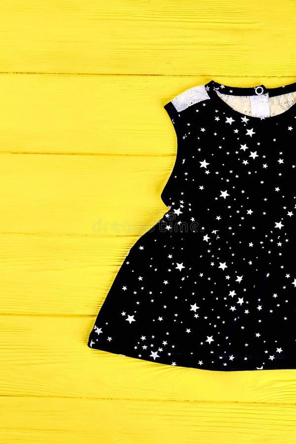 Berbeć dziewczyny czerni sleeveless suknia fotografia royalty free