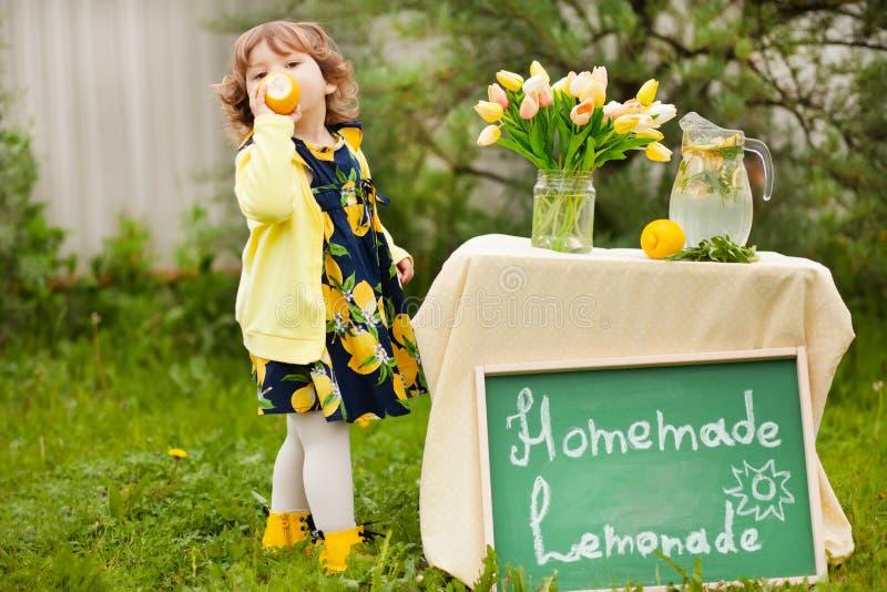 Berbeć dziewczyny sprzedawania lemoniada obraz royalty free