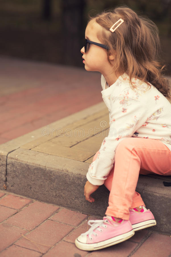 Berbeć dziewczyny wzorcowy pozować na ulicie obraz stock