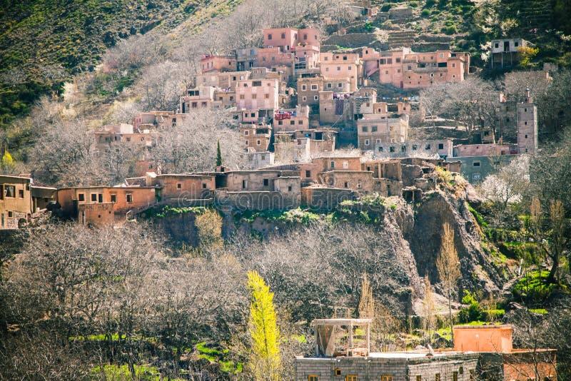 berber dorp in de atlasbergen van Marokko stock foto's