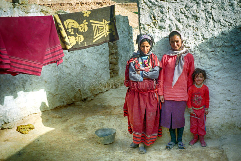 Berberfamilie, Chenini, Tunesië stock foto's
