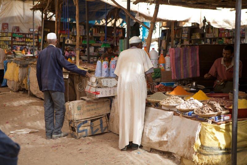 Berbermän på marknaden arkivfoton