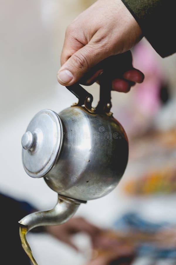 Berbermann bietet traditionellen tadellosen Tee Gast in Marrakesch an lizenzfreie stockfotos