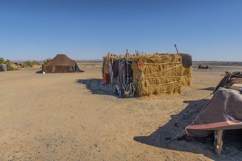Berbernomaden kampieren in Sahara-Wüste stockfotos