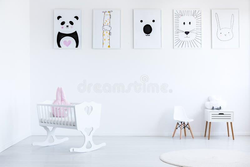 Berceau blanc dans la chambre à coucher du ` s de bébé photos libres de droits
