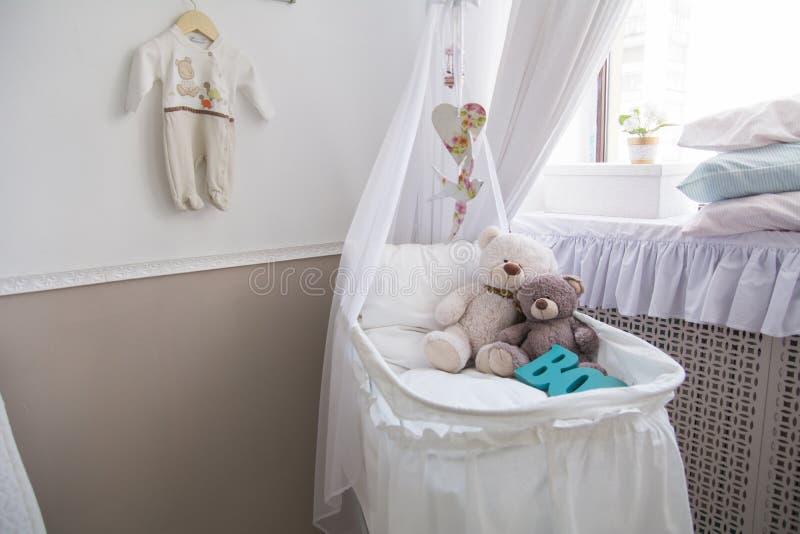 Berceau de bébé avec des ours de nounours dans la chambre photos stock