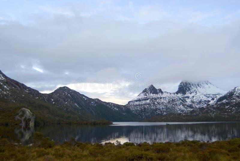 Bercez la montagne en hiver image libre de droits