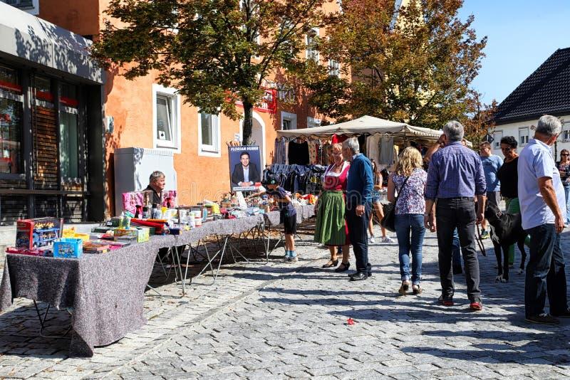 Berchtesgaden, Alemania - 16 de septiembre de 2018: SPeople en la calle de una peque?a ciudad durante una festividad nacional imagen de archivo