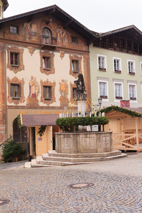 Berchtesgaden, Germania, Baviera 11/29/2015: Corona di arrivo su una fontana al mercato di arrivo in Berchtesgaden fotografia stock libera da diritti