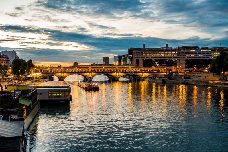 Bercy και pont de Bercy στο Παρίσι κατά τη διάρκεια της μπλε ώρας το καλοκαίρι στοκ φωτογραφία με δικαίωμα ελεύθερης χρήσης