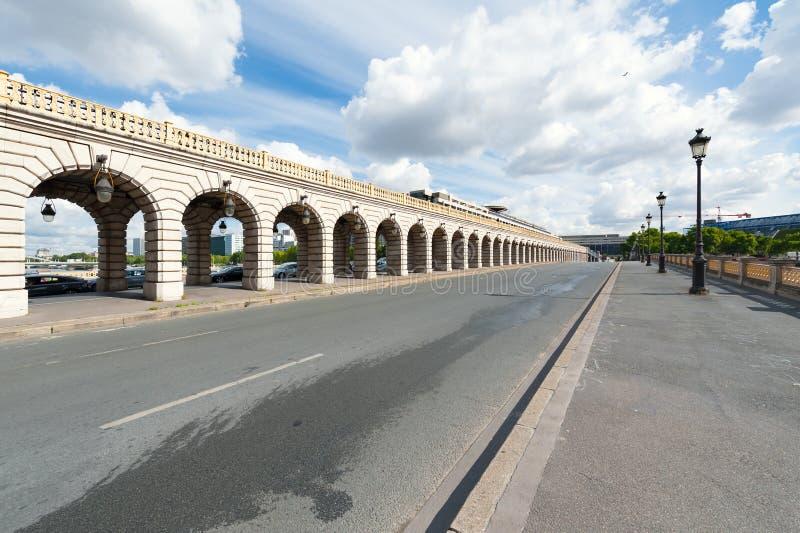 Bercy-Brücke an einem sonnigen Tag in Paris stockbilder