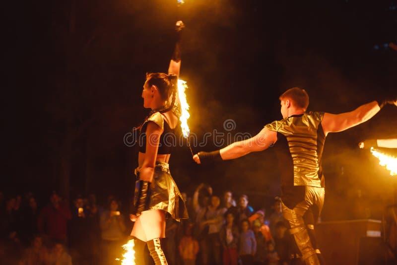 Berdsk, Rússia - 2 06 2018: O juggler do fogo executa durante mostras da rua na rua em Berdsk imagens de stock royalty free