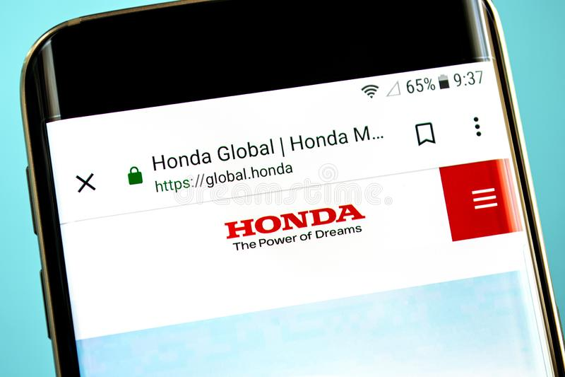 Berdyansk, Ουκρανία - 30 Μαΐου 2019: Αρχική σελίδα ιστοχώρου μηχανών της Honda Λογότυπο μηχανών της Honda ορατό στην τηλεφωνική ο στοκ εικόνες