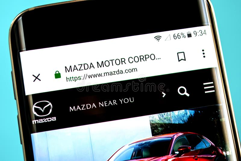 Berdyansk, Ουκρανία - 30 Μαΐου 2019: Αρχική σελίδα ιστοχώρου μηχανών της Mazda Λογότυπο μηχανών της Mazda ορατό στην τηλεφωνική ο στοκ εικόνα